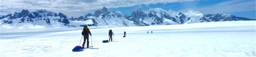 """Patagonien. Unterwegs auf dem """"Hielo Sur"""" mit Blick auf Fitz Roy und Cerro Torre. Foto: Günther Härter."""