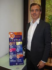 """DSC01469L'editor d'Editorial Alma, Josep Pi, junt als sis nou llibres de la col·lecció """"Aprender fácilmente en 30 minutos"""" que acaba de llençar al mercat després de l'èxit dels primers títols."""