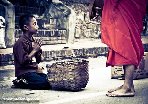 Nen esperant el menjar dels monjos a Luang Prabang