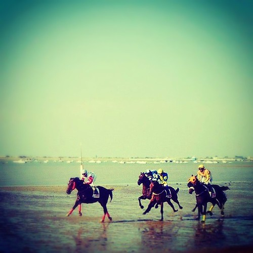 Carrera de caballos en la playa