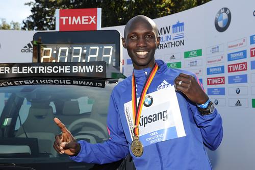Kipsang romper el record mundial de maratón en Berlín