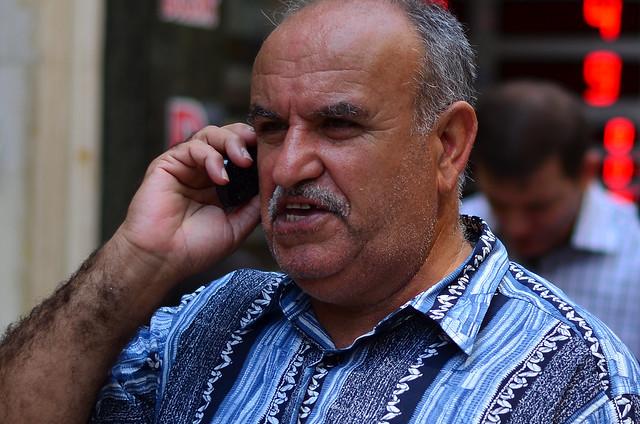 Hombre hablando por teléfono en Turquía Estambul