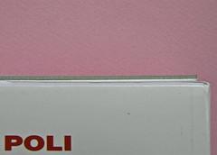 Alfabeto Poli, a cura di Luca Scarlini. Einaudi 2013. [responsabilità grafica e iconografica non indicata]. Fotog. di cop.: ritr. b/n di Paolo Poli di Guido Harari. Prima di sovracoperta (part.), 6