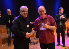 Brassbandfestivalen 2013 - Sören Jilderbo överlämnar hederspris til Philip McCann, elitdivisionen (Foto: Olof Forsberg)