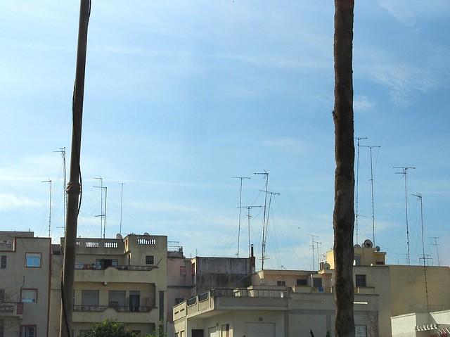 TANGIER-屋頂上除了鍋碗瓢盆外,還多了高高地電視天線。