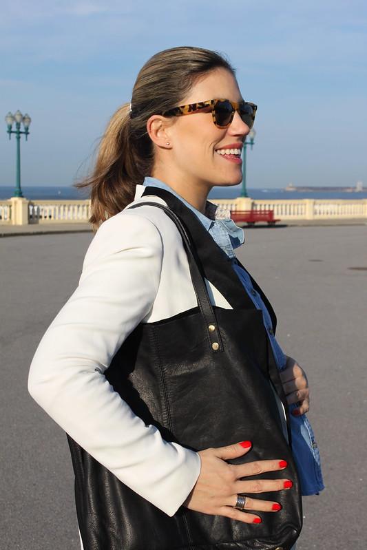 look de embarazada_segundo_trimestre_como_vestir_embarazada_en_invierno_botines_it_shoes_jeans_premama_zara_blazer_smoking_zara_bolso_it_shoes_camisa_de_jeans_abercrombieandfitch_anillo_bulgari4