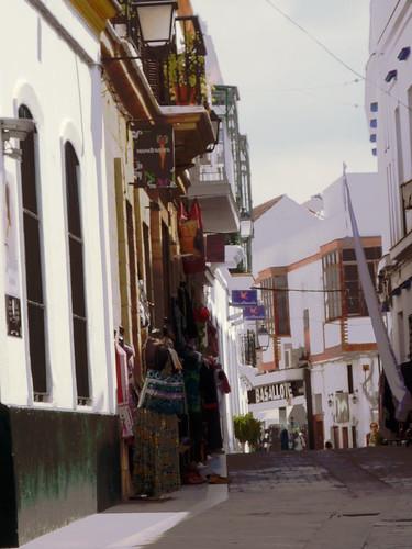 brustfreies Kleidershopping in der Altstadt von Conil