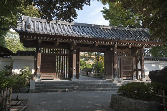 Togoshi_koen 01 戸越公園 正門(薬医門)