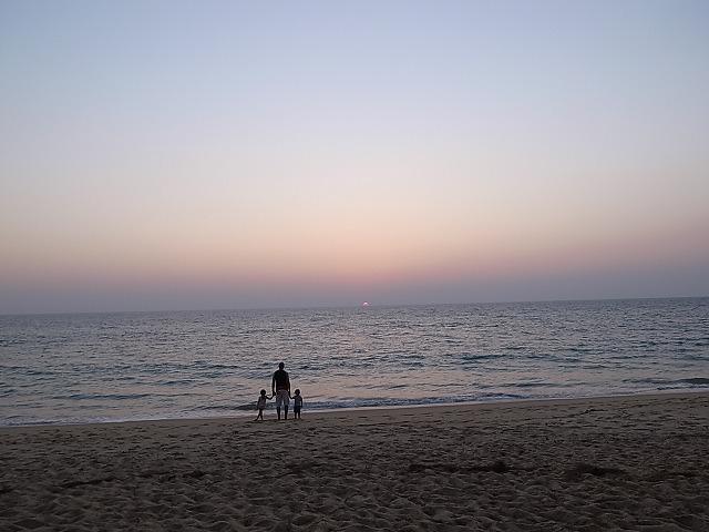 <p>夕日を見つめる親子の姿は絵になりますね。</p>