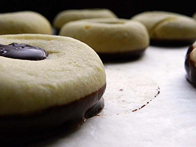 biscottini in dieci minuti all'olio extravergine, con cioccolato fondente