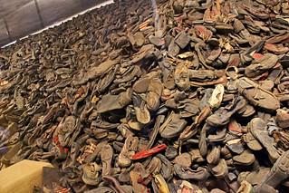 Pila de zapatos.
