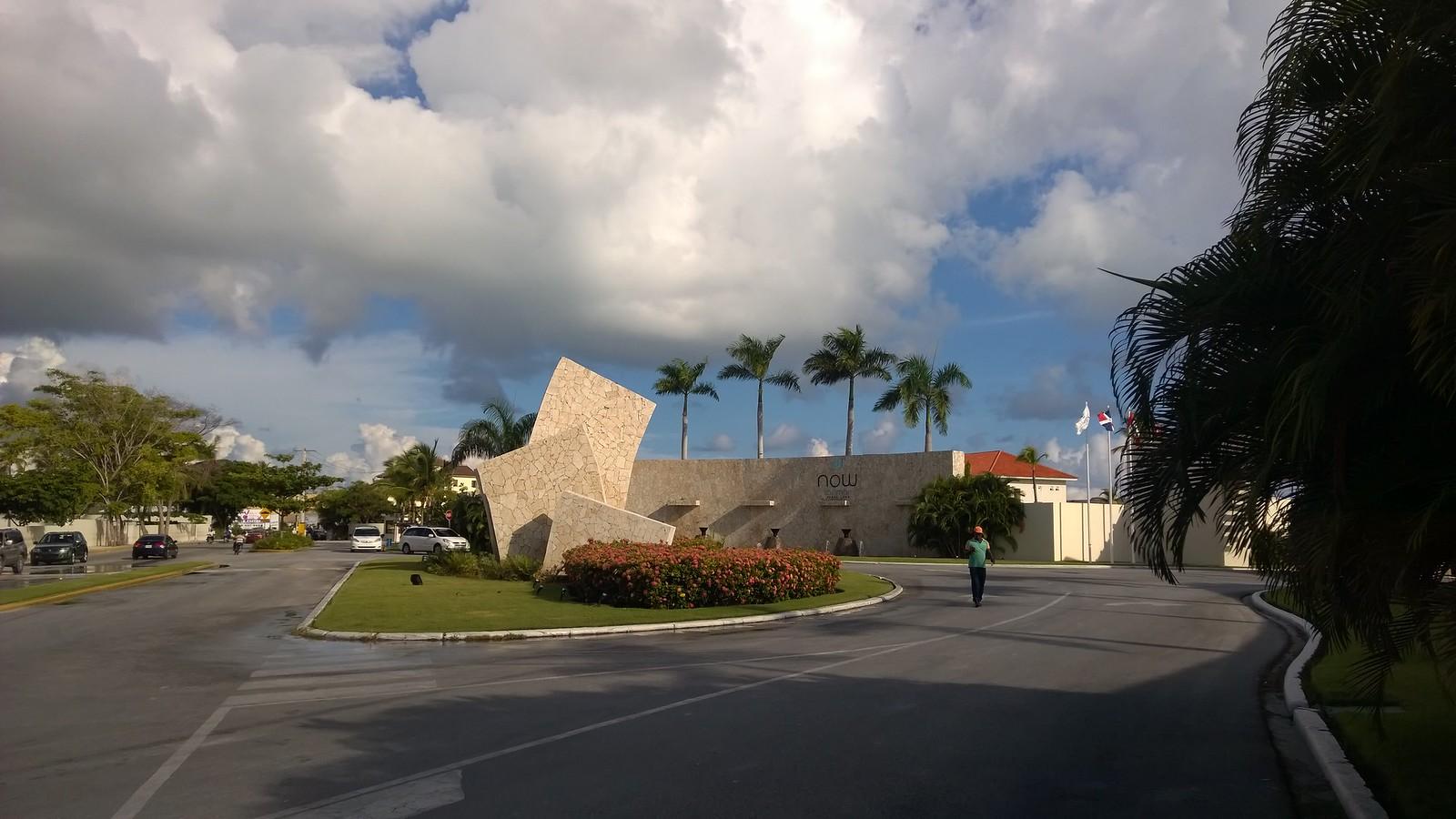Luxery-отель Now Larimar Punta Cana, на его территорию нам удалось зайти со стороны пляжа :)