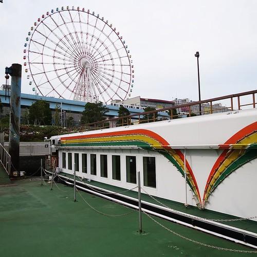 船の外観が、なにやら遊園地みたいな雰囲気。