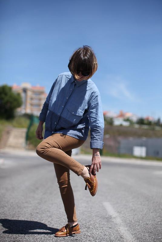 A rapariga dos sapatos com tachas em forma de pionés