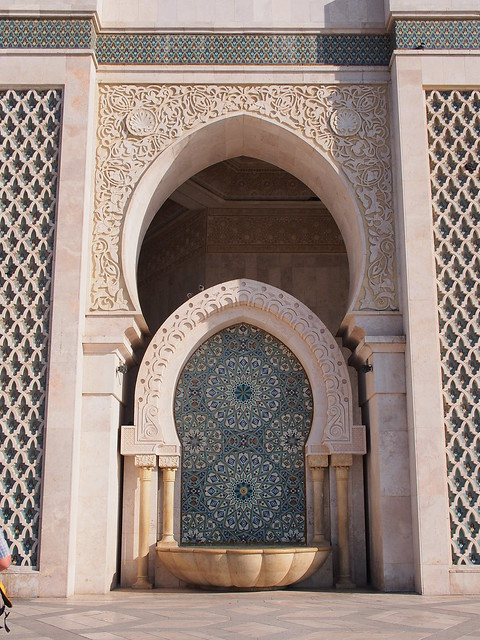 水池也用馬賽克拼貼來裝飾,上面的石雕讓整個造型更豐富