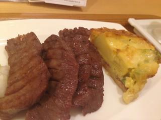 限定メニュー「牛たんと彩り野菜のアンサンブル」の牛たんとキッシュ