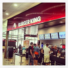 ...Burger King..!!! #burgerking #doublewhopper #burger #frites #patatoes #foodporn #chips #fastfood #instamoment #instareims #autogrill #instamiam #stacker #carolina #fries #onionrings #toppers