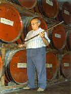 Julián Segarra midiendo las mermas de envejecimiento en los barriles de su bodega