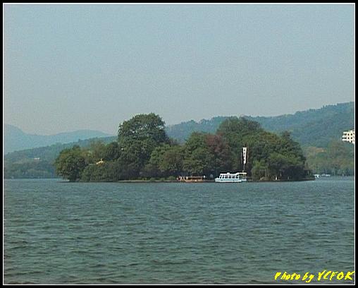 杭州 西湖 (其他景點) - 376 (西湖 湖上遊 往湖心亭 背景的小島是阮公墩)
