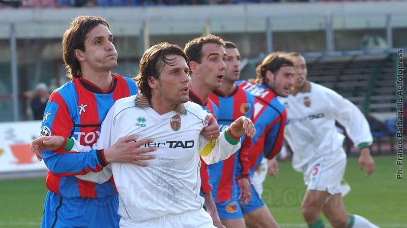 Il rossazzurro Zeoli contrastato dal rossoverde Borgobello nella sfida del 2003/04