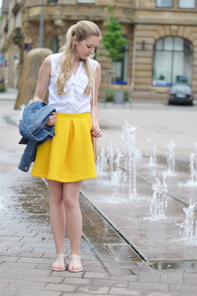 Springbrunnen und gelbe Röcke (2)