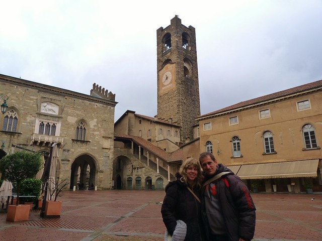 Sele y Rebeca en Piazza Vecchia (Bérgamo)