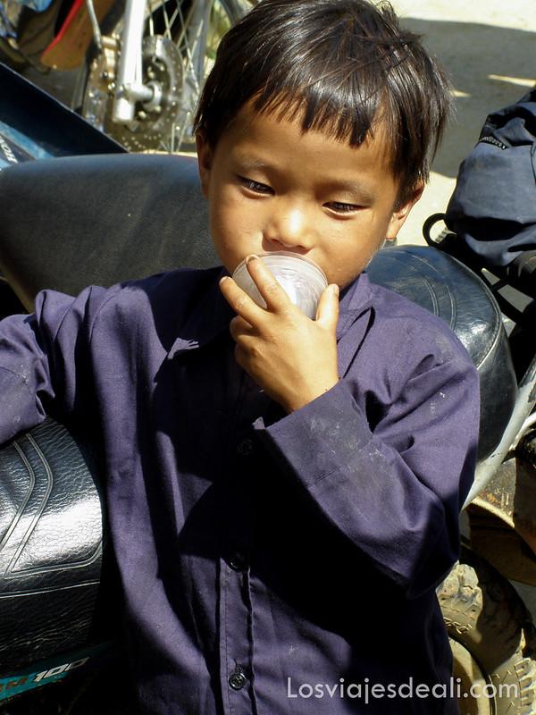 niño del mercado de Bac Ha
