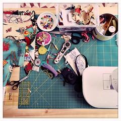 O caos da minha mesa de trabalho - depois de passar a manhã a fazer os acabamentos das novidades que estão para vir ;)