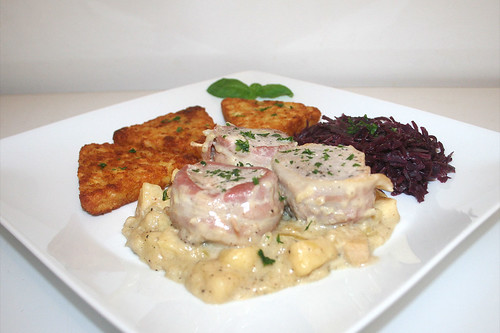 32 - Medaillons of pork in honey apple sauce - Side view / Schweinemedaillons in Honig-Apfel-Sauce - Seitenansicht