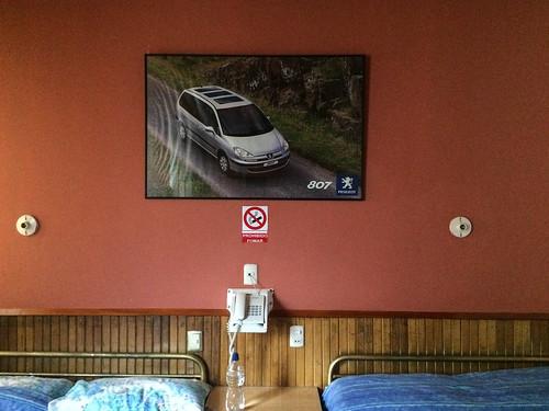 Loja: notre chambre merveilleusement décorée avec...une pub pour Peugeot ;)