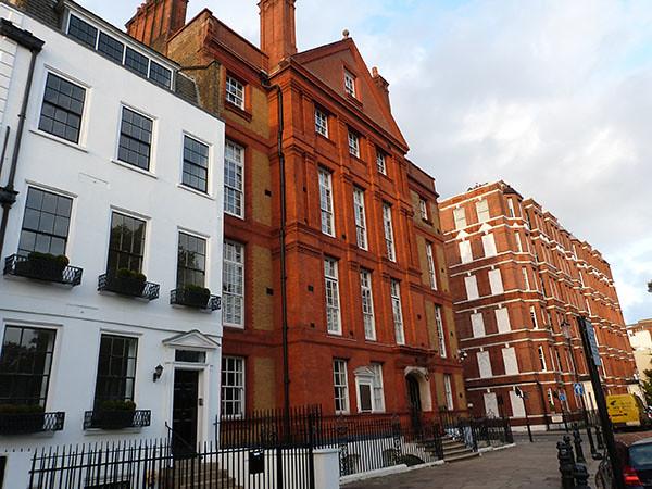 façades rouges et blanches