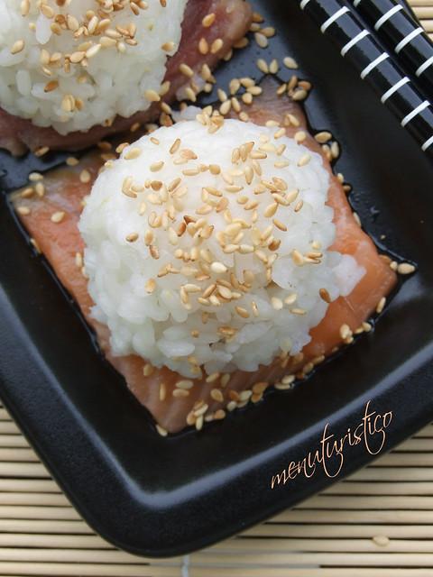 bocconcini di riso su sashimi