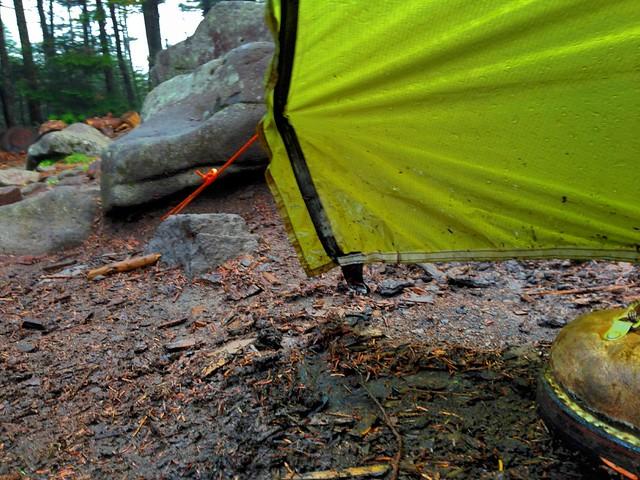 高見石小屋の雨のテント場