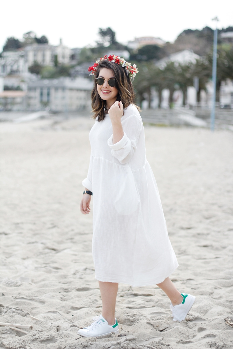 white dress loveitsara in the beach with flower crown in red myblueberrynightsblog