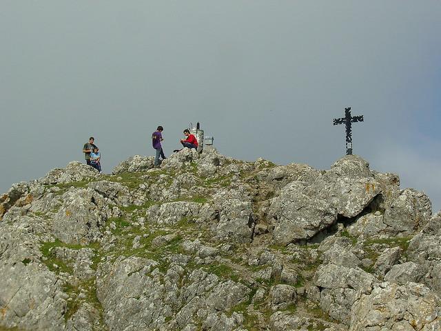 Montañeros en la cumbre de Udalatx