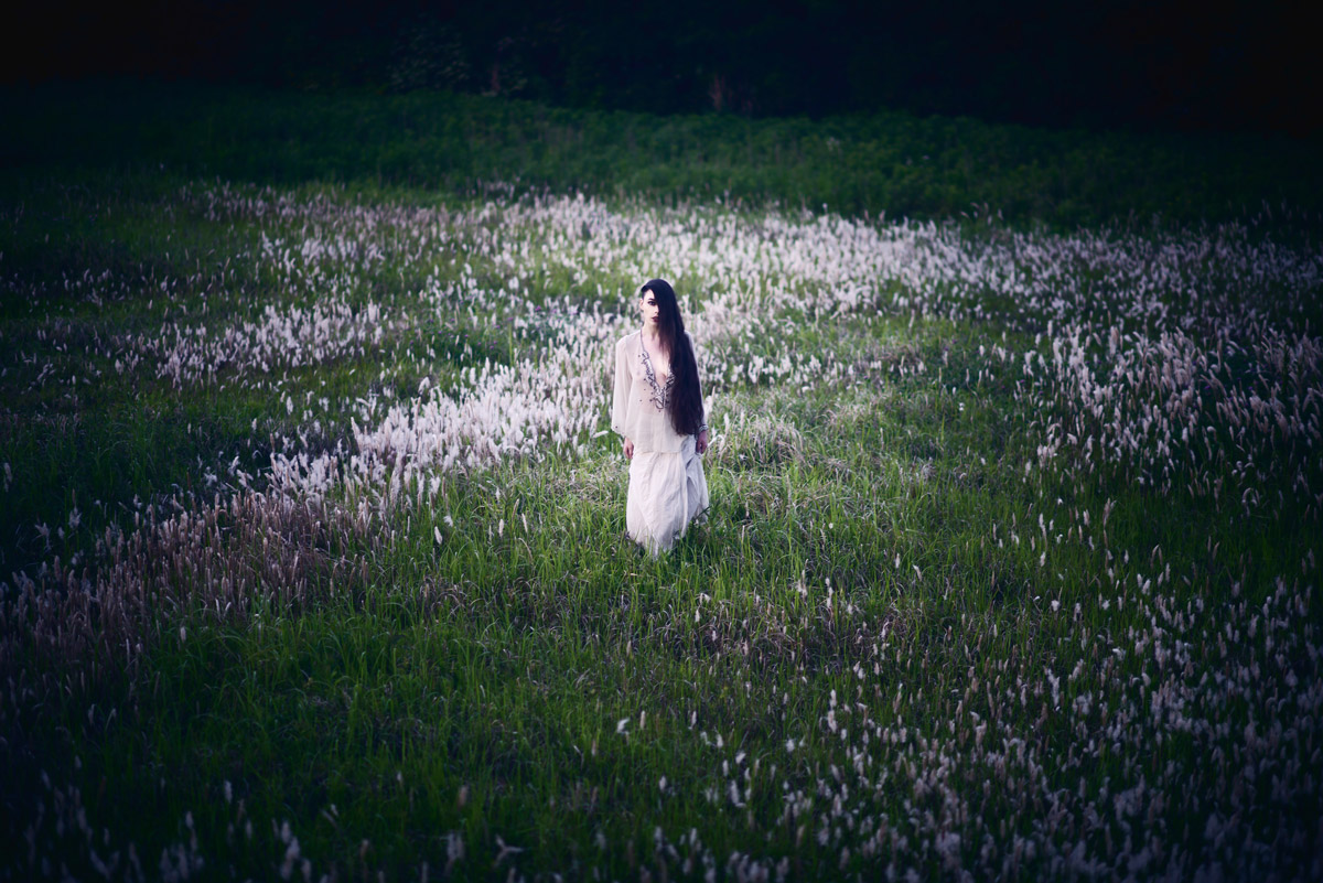 Gestalta photographed by Akiomi Kuroda. Woman wearing white walking through long grass