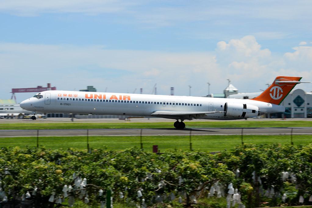 B-17921 Uni Air MD-90