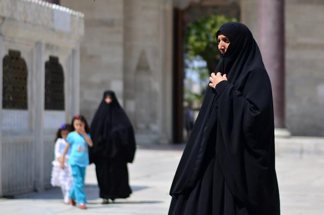 Mujeres a la entrada de la mezquita de Suleymaniye antes de entrar a la oración