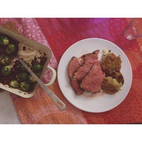 #chillvester menü: roastbeef mit rosmarin-rösti & geschmorten.rosenkohl mit speck & pekannüssen in balsamico-vinaigrette. ich wünsch euch einen guten rutsch & foodtastisches 2014! #zp