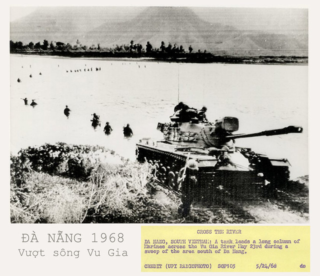 VIETNAM WAR PHOTO - CROSS THE VU GIA RIVER DA NANG