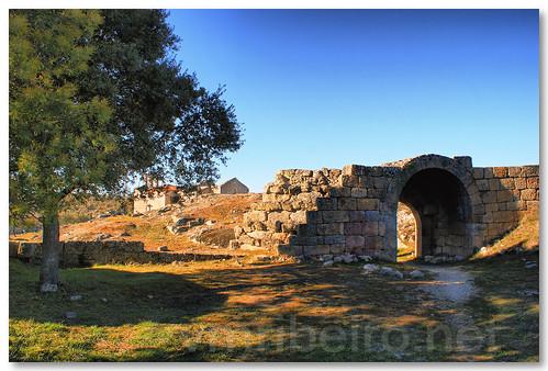 Ruínas da Porta do Castelinho by VRfoto