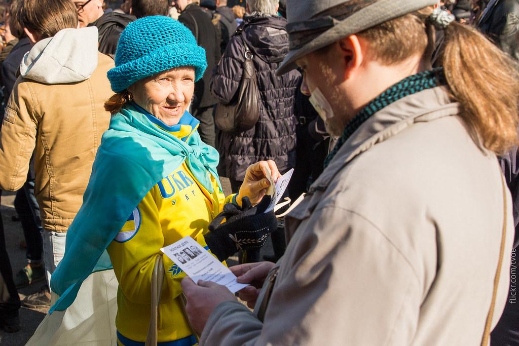 Пожилая женщина в костюме украинской сборной