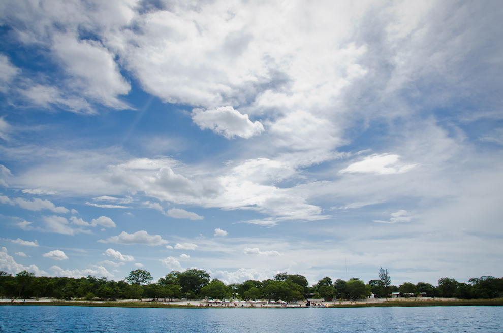 Mientras que en otras ubicaciones el ruido y la multitud se destacan, en la reserva Laguna Blanca los paraguayos disfrutan de una tranquila jornada de sol y aguas cristalinas, bajo la paz y quietud que sólo una reserva protegida puede ofrecer. (Elton Núñez)