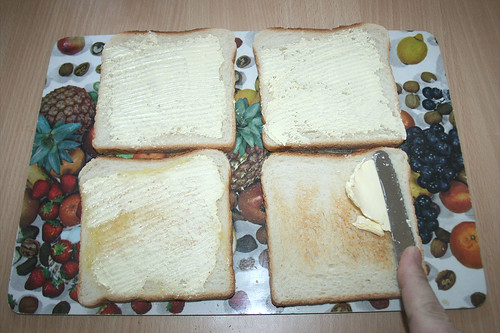 08 - Mit Butter bestreichen / Spread with butter