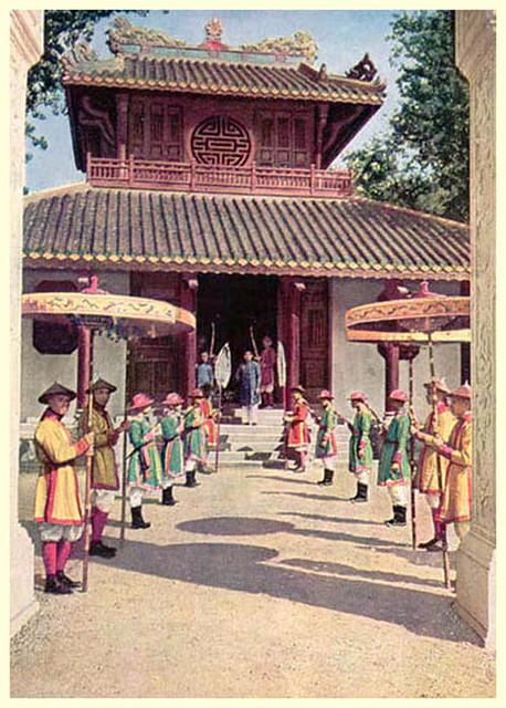 1931 - Tại gian hàng của Huế: đoàn hộ tống một quan chức