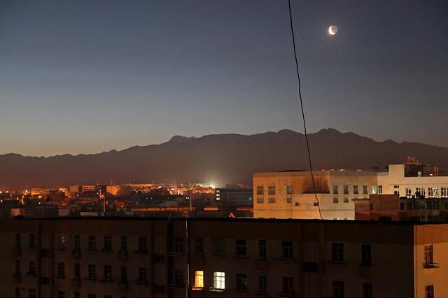 Crescent moon and Tian Shan mountains before dawn, Urumqi ウルムチ、夜明け前の天山山脈と三日月