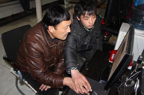 潘志中在兒子潘雷的教導下,正在學習使用微博發佈最新訊息。(圖片來源:林吉洋)