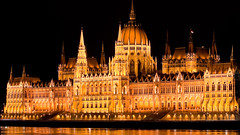 cathedral(0.0), building(1.0), parliament(1.0), palace(1.0), landmark(1.0), night(1.0),