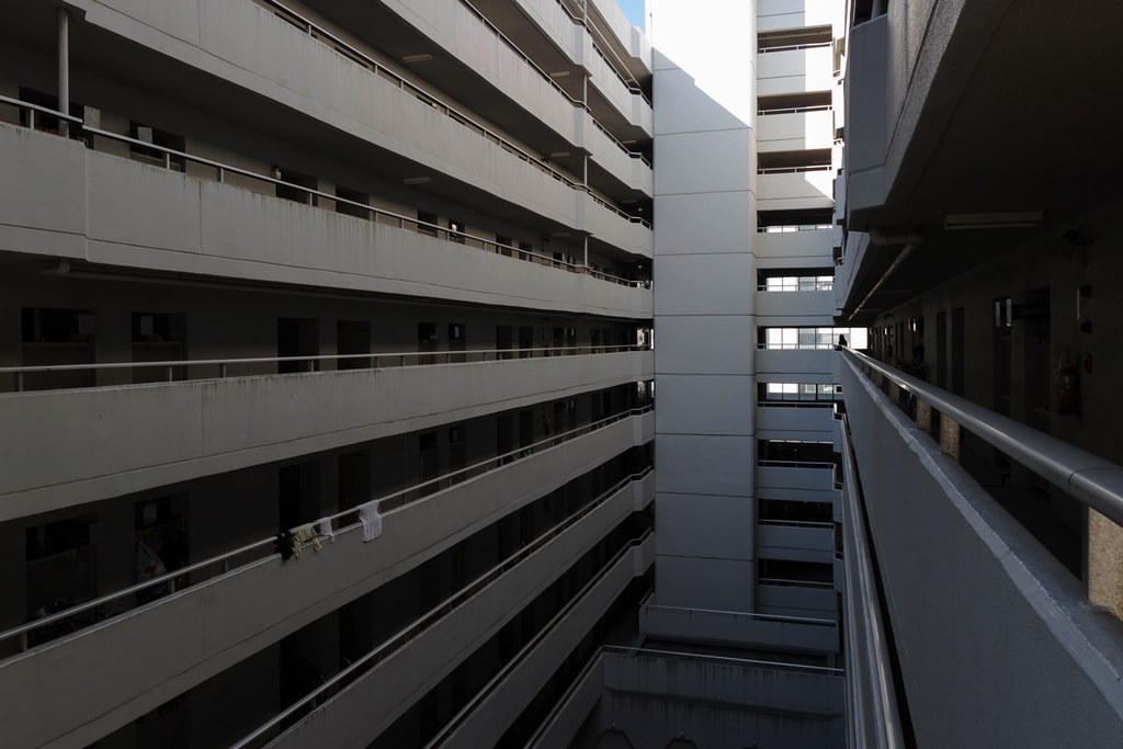 途中階から廊下を見る