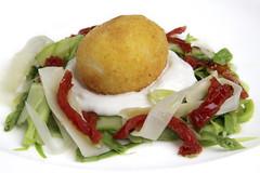 Insalata d'asparagi, ricotta, pomodoro, uovo fritto